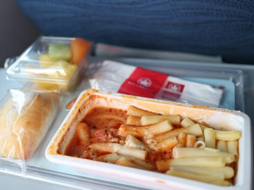 Một bữa ăn Air Canada in 2014: Mì ống với nước sốt cà chua.