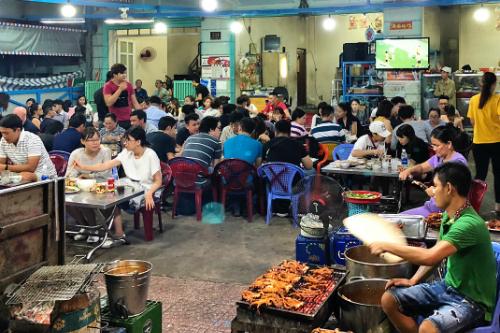 Khu ẩm thực đêm Vĩnh Khánh, quận 4Vĩnh Khánh được mệnh danh là thiên đường hải sản ở Sài Gòn. Tại đây có hàng chục quán ăn bán chủ yếu là các món hải sản như tôm, cua, cá, mực... với nhiều cách chế biến khác nhau. Các quán đều rộng rãi và chưa được hàng trăm khách cùng một lúc. Các quán ở đây mở cửa từ xế chiều tới nửa đêm. Ảnh: Di Vỹ.
