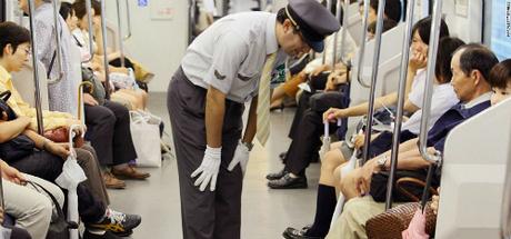 Nhân viên đường sắt Nhật Bản xin lỗi hành khách. Ảnh:Pinterest.