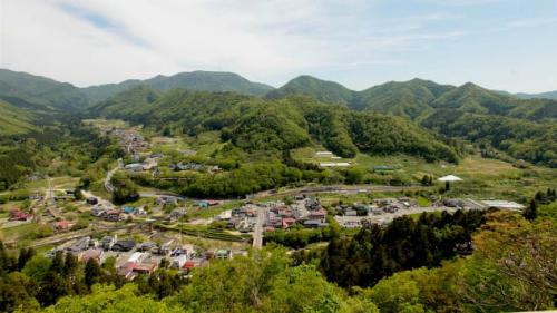 Một con đường gần đó sẽ đưa du khách đến bục quan sát bằng gỗ (Godaido Hall), nơi có tầm nhìn tuyệt vời ra vùng nông thôn Yamagata xung quanh.Ngôi đền mở cửa quanh năm nên khung cảnh sẽ hiện lên khác nhau tùy theo mùa bạn ghé thăm.