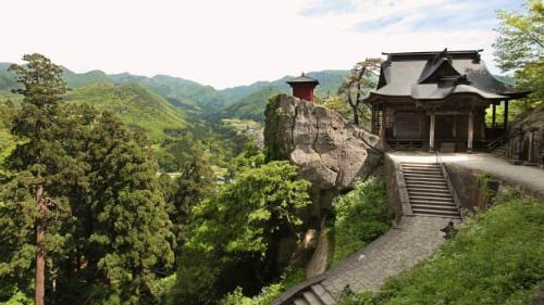 Quãng đường 1.015 bậclên núi Hoju đến sảnh chính của ngôi đền (Okunoin) được cho là một trải nghiệm thiền định đáng mong chờ. Tuy vậy, aiđã không nói điều nàyvới một nhóm học sinh trung học mà tôi gặp trên đường mòn lên đền.
