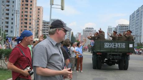 Du khách xem cuộc diễu hành quân sự của xe tăng, quân đội và tên lửa tại Triều Tiên năm 2013. Ảnh:Kate Whitehead/CNN.
