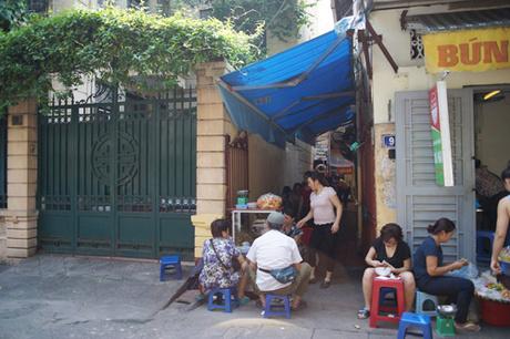 Không có biển hiệu tên quán, món ăn nhưng miến lươn trên phố Nguyễn Chế Nghĩa vẫn hút khách nhiều năm nay.