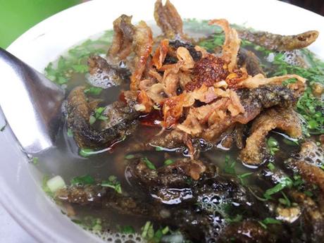 Bát miến lươn đầy đặn có thêm chút hành khô, ớt chưng ăn kèm. Giá mỗi bát từ 30.000 tới 40.000 đồng.