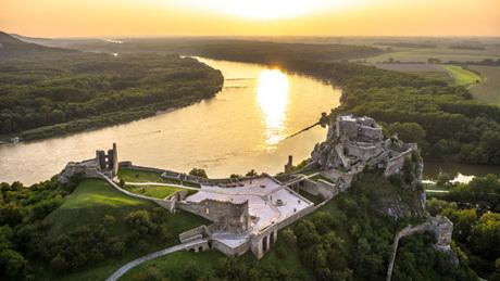 Lâu đài Devin, nơi du khách có thể nhìn thấy 3 quốc gia cùng lúc. Ảnh:Visitbratislava.