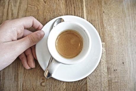 Ngồi nhâm nhi cà phê và ngắm cảnh đẹp Paris cũng là một cái thú mà nhiều du khách yêu thích. Ảnh: Pinterest.