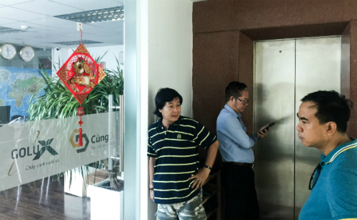 Nhiều khách hàng tìm đến trụ sở của Golux để đòi lại tiền nhưng công ty đã đóng cửa.