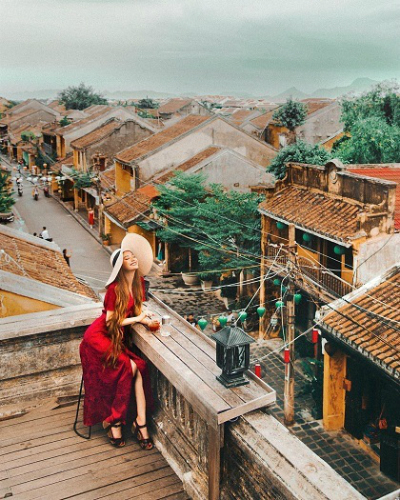 Cô gái có mái tóc dài ấn tượng chụp ảnh ở phố cổ Hội An.