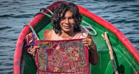 Lisa trên chiếc thuyền của mình và bán các đồ thủ công cho khách du lịch để kiếm sống. Ảnh: BBC.