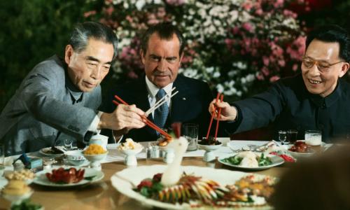 Richard Nixon ngồi chung bàn tiệc với Chu Ân Lai năm 1972. Ảnh:Bettmann.