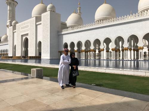Bên ngoài thánh đường hồi giáo Sheikh Zayed Mosque.