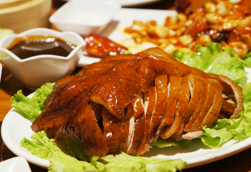 Vịt quay Bắc Kinh hấp dẫn thực khách nhất nhờ lớp vỏ giòn bóng. Ảnh: