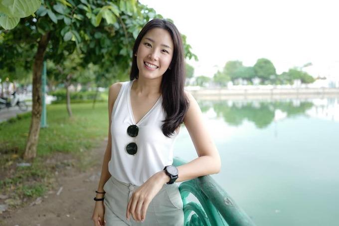 Người mẫu Thái Lan đội mưa, đạp xe đi ăn phở Hà Nội
