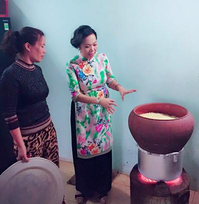 Chị Mây (bên trái) đang chia sẻ cách đồ xôi với một vị khách ở nước ngoài về Việt Nam.