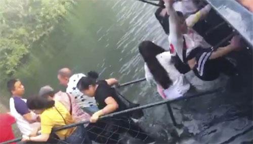 Hình ảnh cây cầu sắt bị sập ở miền trung Trung Quốc được chia sẻ trên mạng, thu hút sự chú ý từ dư luận.Ảnh: SCMP.