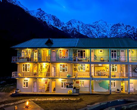 Ngôi làng nhỏ giờ đây đã trở thành một trung tâm du lịch lớn với sự xuất hiện của các khách sạn nhiều tầng đầy màu sắc. Không có điện thoại di động, không phủ sóng vô tuyến, không có chợ, cây ATM, những người đến thăm Chitkul sẽ tưởng như mình đang ở thời quá khứ. Ảnh:Zostel Chitkul.