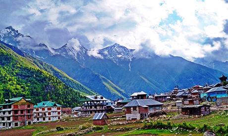 Ngôi làng được bao quanh bởi những ngọn núi cao, có dân số khoảng 700 người.Đứng từ đây du khách có thể phóng tầm mắt ra những ngọn núi phủ đầy tuyết trắng, ngắm hoa lan táo, những căn nhà được làm bằng gỗ và đá phiến đẹp mắt. Ảnh:Bikat Adventures.