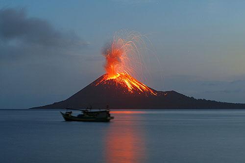 Quốc gia này có số lượng núi lửa đứng thứ 3 trên thế giới, sau Mỹ và Nga, với 139 núi lửa, theo số liệu của Chương trình Núi lửa toàn cầu của Bảo tàng Lịch sử Tự nhiên Mỹ.