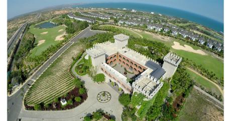 Từ trên cao nhìn xuống, khu resort như đang ôm trọn vịnh Mũi Né, với thiết kế mở, có sự giao hòa giữa biển và trời giúp du khách có thể ngắm nhìn toàn cảnh vịnh biển thơ mộng này.