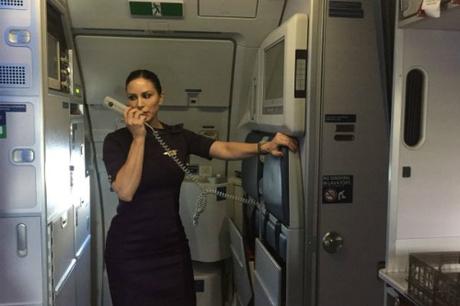 Melissa đọc thông báo cho hành khách. Ảnh:CNBC.