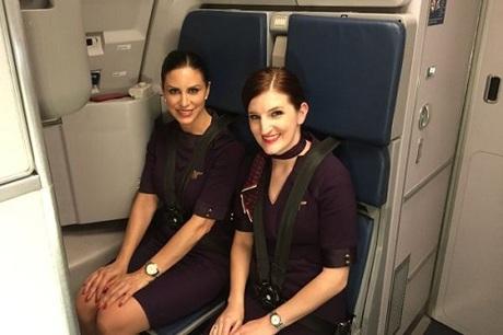 Melissa và Sarah phục vụ trong khoang hạng nhất trên chuyến bay. Ảnh:CNBC.