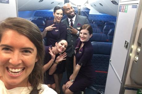 Đội bay của Melissa chụp ảnh cùng phóng viên. Ảnh:CNBC.