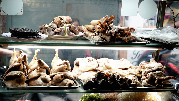 Quán trong hẻm Sài Gòn bán 62.000 đồng suất cháo gỏi vịt