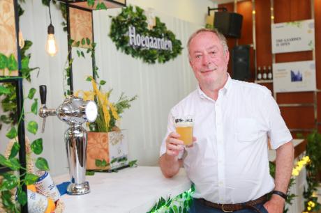 Vỏ cam Curacao và hạt ngò rí là nguyện liệu tăng hương vị cho bia trắng.