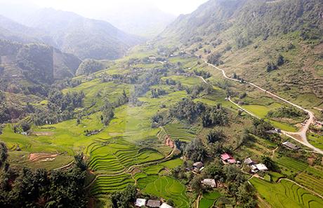 Nằm cách Sa Pa gần 10 cây số, thung lũng Mường Hoa như hòn ngọc xanh quý báu ẩn sau màn sương mờ ảo.