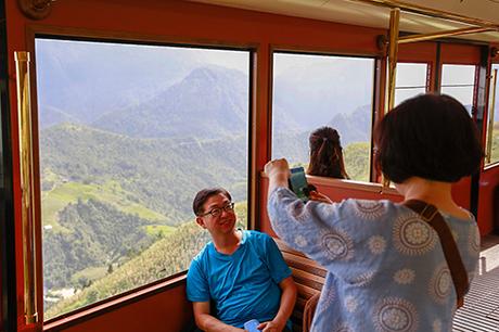Năm nay, rất nhiều du khách lựa chọn ngắm thung lũng sắp độ vào mùatừ tàu hỏa leo núi Mường Hoa, để thử một lần tận hưởng hành trình du ngoạn từ trung tâm thị trấn Sa Pa, băng qua các cung đường đẹp nhất của thung lũng Mường Hoa.
