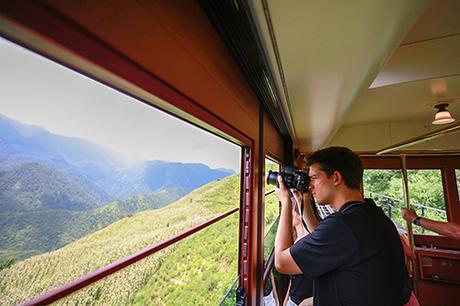 Phong cảnhnhư tranh vẽ thu hút nhiềutay máy tìm về săn ảnh. Khung cửa sổ trong vắt của tàu hỏa leo núi là một địa điểm chụp ảnh mới lý tưởng khiến nhiều khách Tâymê mẩn.