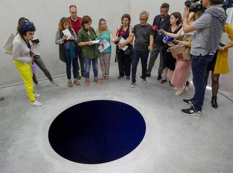 Tác phẩm nghệ thuật Descent Into Limbo trông như bức tranh 2D khiến nhiều du khách tò mò. Ảnh:GalleriaContinua.