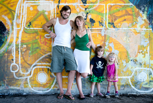 Anna, Thomas và hai con gái. Ảnh:The family without borders.