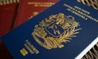 Venezuela không đủ giấy, mực in hộ chiếu vì khủng hoảng kinh tế
