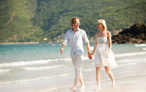 Các đôi uyên ương có thể nắm tay cùng nhau tung tăng dưới cát trắng hòa cùng nắng vàng và biển xanh.