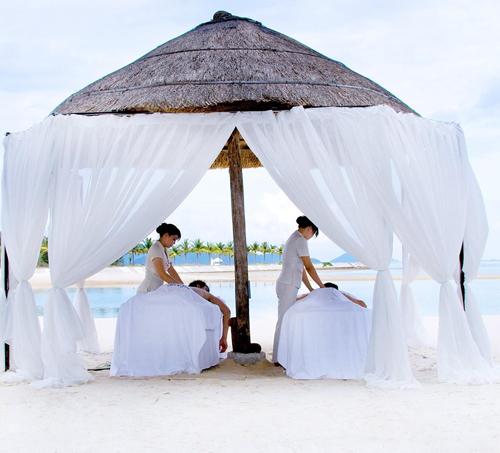Spa nằm ngoài trời được thiết kế với sự tổng hòa của thiên nhiên mộc mạc và bình yên, mang đến các đôi không gian thư giãn thú vị.
