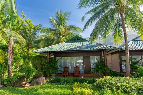 Khu nghỉ dưỡng có 342 phòng trải rộng trên diện tích 14 hecta bao gồm 4 khu phòng khách sạn và bungalow hướng ra những khoảng xanh tươi mát.