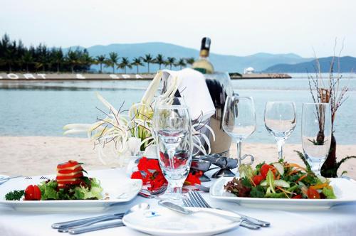 Trong không gian thoáng mát hòa cùng thiên nhiên, thưởng thức nhiều món ăn tươi ngon vị biển cả, cùng nhau chuyện trò biết bao câu chuyện vui sẽ là kỷ niệm trăng mật khó quên trong đời.