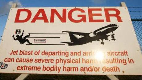 Sân bay đã gắn biển cảnh báo du khách không được đứng gần, đề phòng bị thổi bay. Ảnh: News.