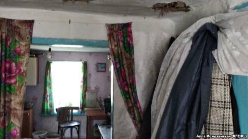 Nhiều nhà trong làng đã xuống cấp, người dân không có khả năng sửa chữa. Ảnh:RFE/RL.