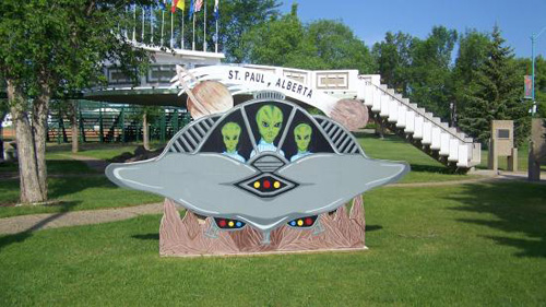 Người Canada rất hiếu khách, họ thậm chí còn xây dựng cả đường băng để người ngoài hành tinh đáp đĩa bay nếu xuống trái đất. Bãi đáp này được xây ở St Paul, Alberta. Ảnh: Trip Advisor.