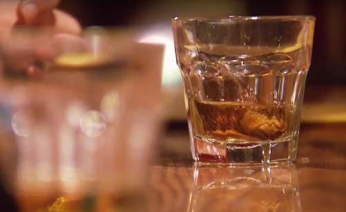 Nếu bạn đến Dawson City, Yukon, bạn có thể tham gia Sourtoe Cocktail Club. Đến đây, những gì bạn phải làm là uống một đồ uống có ngón chân người phía dưới. Khẩu hiệu của quán chính là: bạn có thể uống nhanh, uống chậm, nhưng môi bạn dứt khoát phải chạm vào ngón chân. Ảnh: Independent.