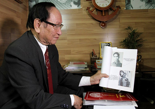 Ông Trần Trọng Duyệt cầm TNAM-US-MCCAIN-WARThis photo taken on January 3, 2018 shows Tran Trong Duyet, the former director at the Hoa Lo prison in Hanoi, showing a photo at his home in Haiphong of US Senator John McCain (bottom R), who was held at the jail dubbed the Hanoi Hilton for five and a half years after his jet was shot down over a Hanoi Lake in 1967