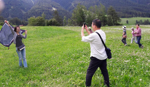 Du khách châu Á ngày tới Val di Funes ngày một đông. Ảnh:Tageszeitung.