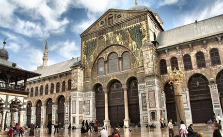 Nhà thờ Hồi giáo Umayyad (đại Thánh đường hồi giáo Damascus) nằm ở thủ đô là một trong những nhà thờ hồi giáo lớn, lâu đời nhất thế giới. Năm 2001, Đức Giáo Hoàng Phaolo II viếng thăm nơi này. Đây cũng là Đức Giáo Hoàng đầu tiên đến thăm một nhà thờ Hồi giáo. Ảnh: Islamic Landmarks.