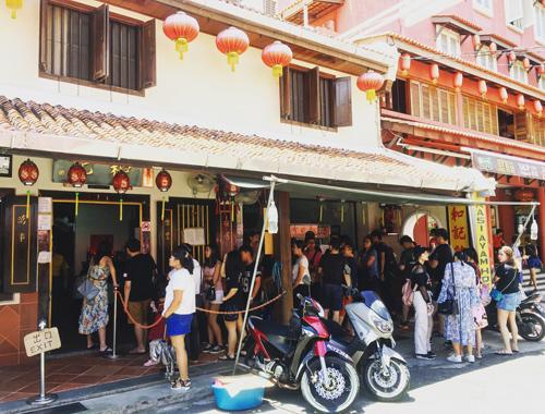 Dù quán ăn ở đầu phố Jonker Walk rộng rãi nhưng vẫn không đủ chỗ cho lượng khách quá lớn.
