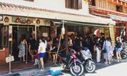 Món cơm viên tròn khiến khách đứng chờ trong nắng để mua