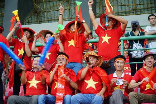 Cổ động viên cuồng nhiệt tại sân vận động ở Indonesia chiều ngày 28/8.