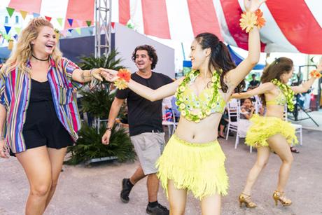 Sau sự kiện Queens Day, chuỗi sự kiện 4 mùa hương sắc kỳ quan  Hải trình mùa hạ tiếp tục diễn ra tại khu Shophouse thuộc Quần thể nghỉ dưỡng 5 sao Sun Premier Village Ha Long Bay. Lễ hội Aloha đã thu hút đông đảo du khách bởi âm nhạc sôi động, các điệu nhảy Hula của vùng biển Hawaii và các trò chơi tương tác hấp dẫn. Aloha đã khuấy động khu Shophouse nói riêng và khu vực Bãi Cháy nói chung.Không gian lễ hội Aloha khá hấp dẫn. Âm nhạc, các vũ điệu, các trò chơi đã mang đến một âm hưởng khác cho Hạ Long cuối tuần, chị Khánh Ly, du khách Bắc Ninh cho biết.