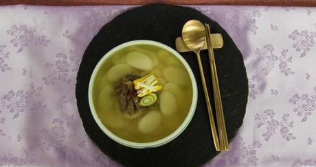 Quy trình làm tteokguk khá đơn giản, tiến sỹ Yoon nói, Nhưng làm bánh gạo thì không dễ đâu. Ảnh: BBC.